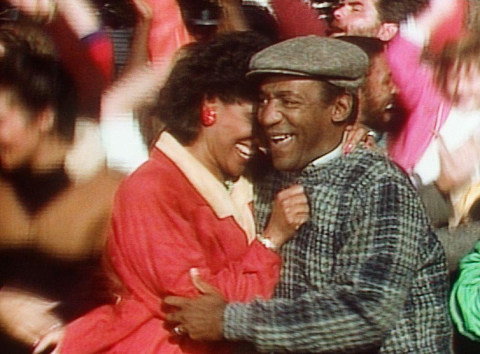 Rudy hat gepunktet. Der Jubel ihrer Eltern Clair (Phylicia Rashad, l.) und Cliff (Bill Cosby, r.) ist unbeschreiblich. - Bildquelle: Viacom