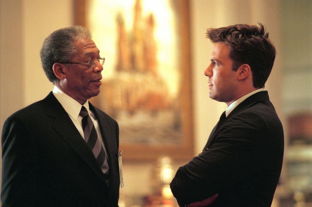 Gelingt es den CIA-Agenten Bill Cabot (Morgan Freeman, l.) und Jack Ryan (Ben Affleck, r.), die infamen Machenschaften schnell genug aufzuklären, u... - Bildquelle: Paramount Pictures
