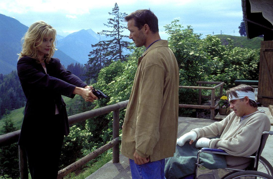 Julia (Ann-Kathrin Kramer, l.) glaubt zu wissen, was zwischen Nicolas (Michael Roll, M.) und ihrem Mann Philipp (Christoph M. Ohrt, l.) auf der Berg... - Bildquelle: ProSieben