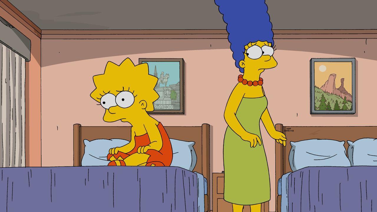 Lisa (l.) hat mal wieder ein neues Jazzstück komponiert und trägt es stolz der Familie vor. Kurz darauf muss sie leider belauschen, wie Marge (r.) H... - Bildquelle: 2015 Fox and its related entities.  All rights reserved.
