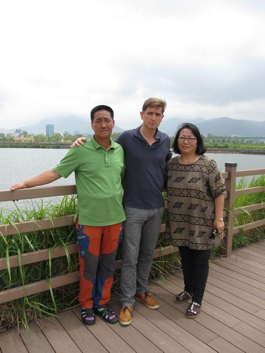 Reporter Marcel Theroux (M.) reist nach Südkorea, um über einen Skandal, der immer erschreckendere Ausmaße annimmt, zu berichten: moderne Sklaverei... - Bildquelle: Quicksilver Media