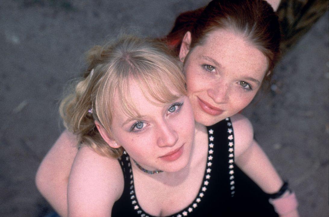 Als die besten Freundinnen Kati (Anna Maria Mühe, r.) und Steffi (Karoline Herfurth, l.) herausfinden, dass Steffis Vater ein Verhältnis mit einer... - Bildquelle: 2003 Sony Pictures Television International. All Rights Reserved.
