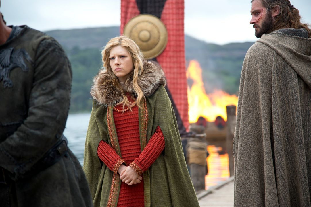 Nachdem Ragnar den Earl besiegt hat, beginnt für Lagertha (Katheryn Winnick, l.) und Rollo (Clive Standen, r.) ein neues Leben. Sie sind nun Mitglie... - Bildquelle: 2013 TM TELEVISION PRODUCTIONS LIMITED/T5 VIKINGS PRODUCTIONS INC. ALL RIGHTS RESERVED.