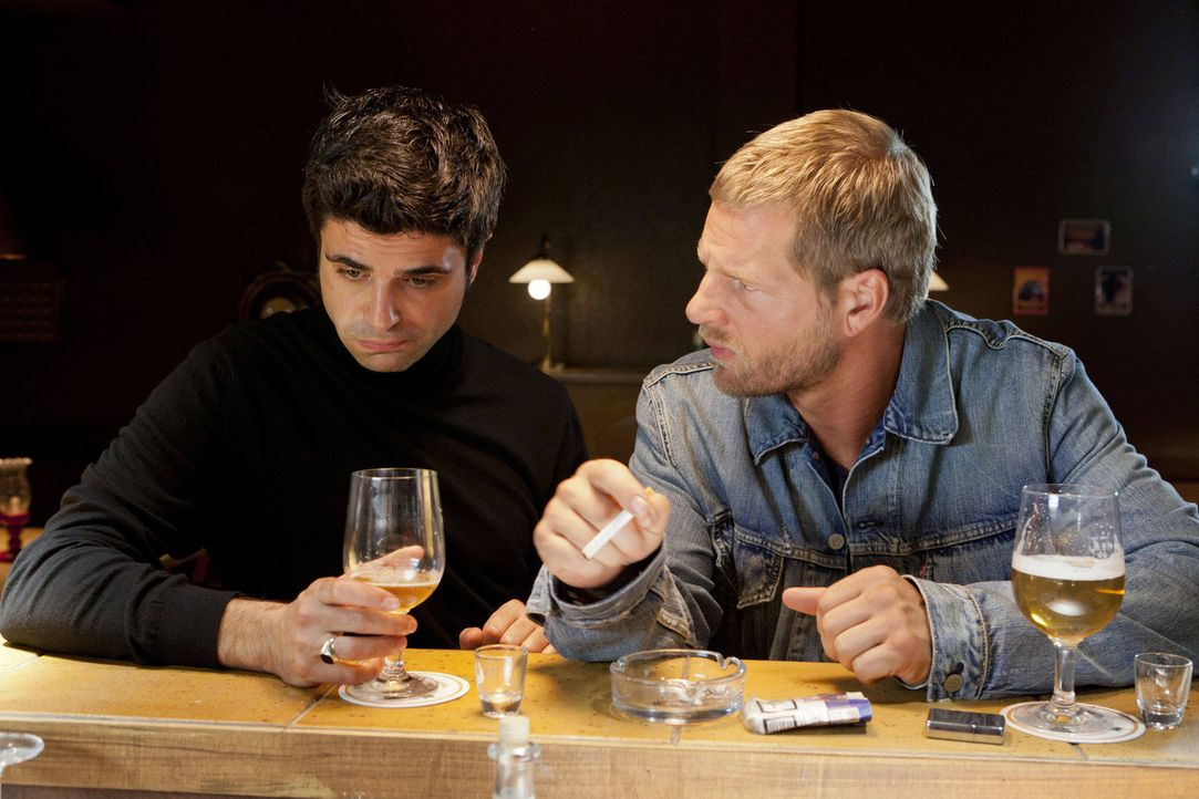 """Als """"Mastermind"""" Mick (Henning Baum, r.) und sein Adlatus Andreas (Maximilian Grill, l.) mit ihrem Plan B scheitern, kann nur noch ein Bierchen bei... - Bildquelle: SAT.1"""