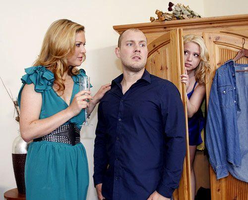 Piet versteckt Miriam im Schrank als Sonja in die Wohnung kommt. - Bildquelle: Noreen Flynn - Sat1