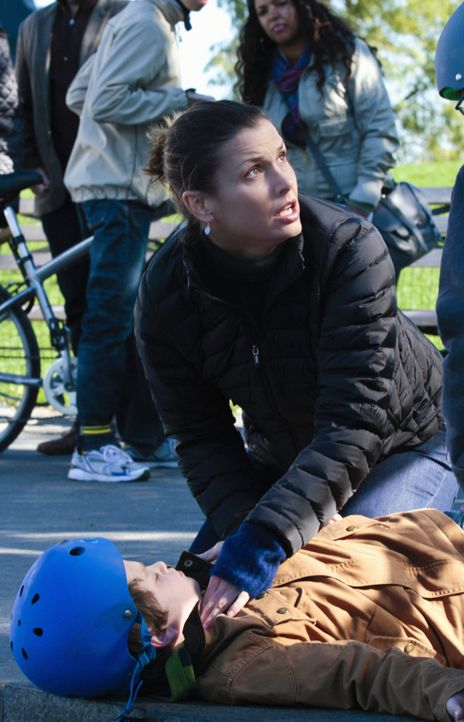 Schafft es Erin (Bridget Moynahan, knieend) den nach einem Fahrradunfall verletzten Sean (Andrew Terraciano, liegend) zu stabilisieren, bevor der No... - Bildquelle: Giovanni Rufino 2012 CBS Broadcasting Inc. All Rights Reserved.