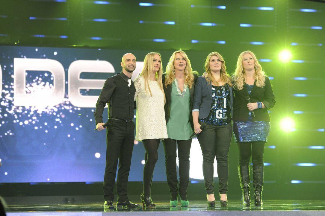 Die Entscheidung ist gekommen - wer hat es in die nächste Runde geschafft? Linda de Mol (M.), Nica (2.v.l.), Marco (l.), Anita (2.v.r.) und Caro (r... - Bildquelle: Paul Schirnhofer SAT.1