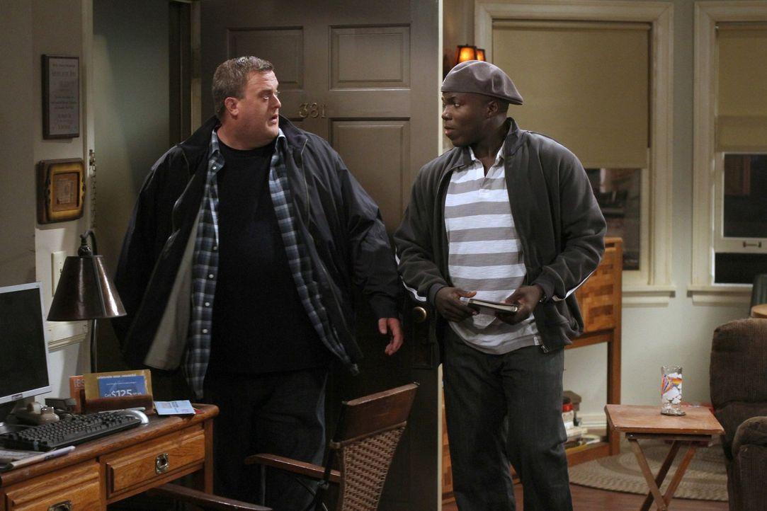 Während Molly gerne hätte, dass Mike (Billy Gardell, l.) bei ihr und ihrer Familie einzieht, rät Carl (Reno Wilson, r.) ihm dringend davon ab ... - Bildquelle: Warner Brothers