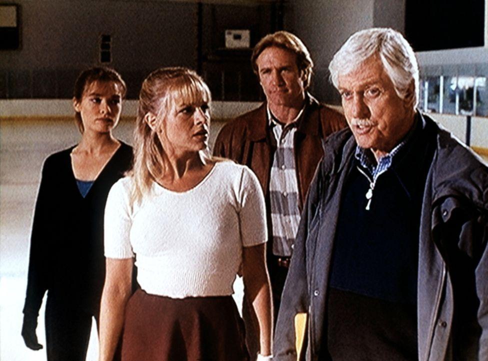 Mark (Dick Van Dyke, r.) und Steve (Barry Van Dyke, 2.v.r.) versuchen zu ergründen, wieso zwischen den Eiskunstläuferinnen Julie (Julie Benz) und De... - Bildquelle: Viacom