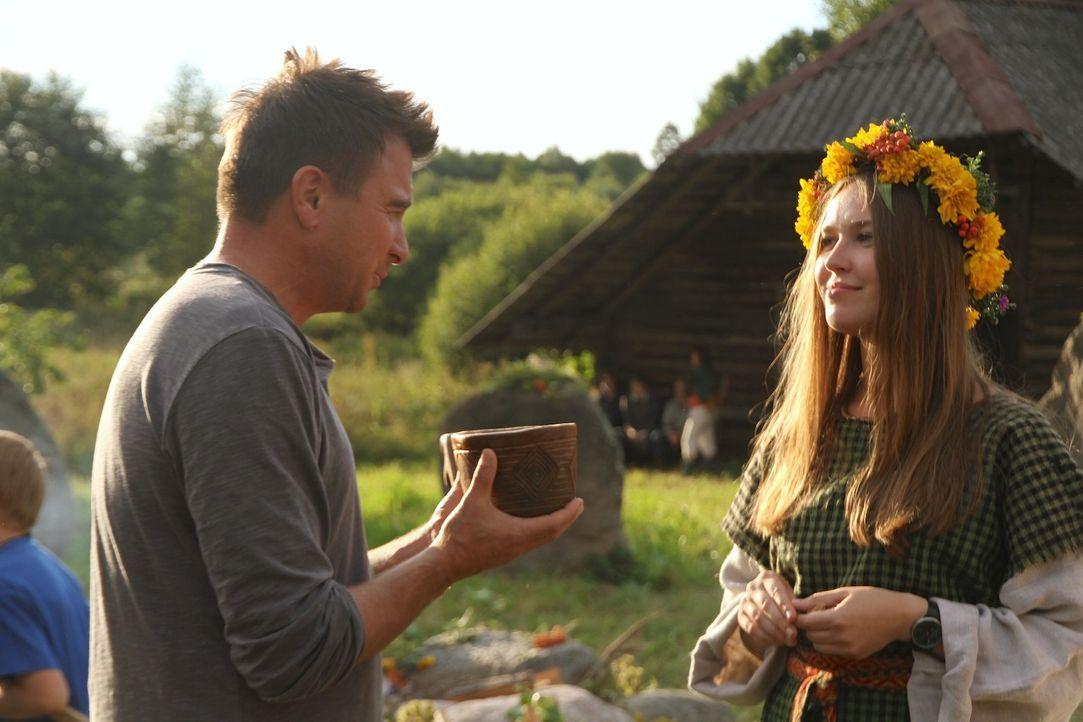 """Beim """"Earth""""-Festival in Litauen probiert Jack Maxwell (l.) den legendären Honigwein. Wie wird sein Urteil ausfallen? - Bildquelle: 2014, The Travel Channel, L.L.C. All Rights Reserved."""