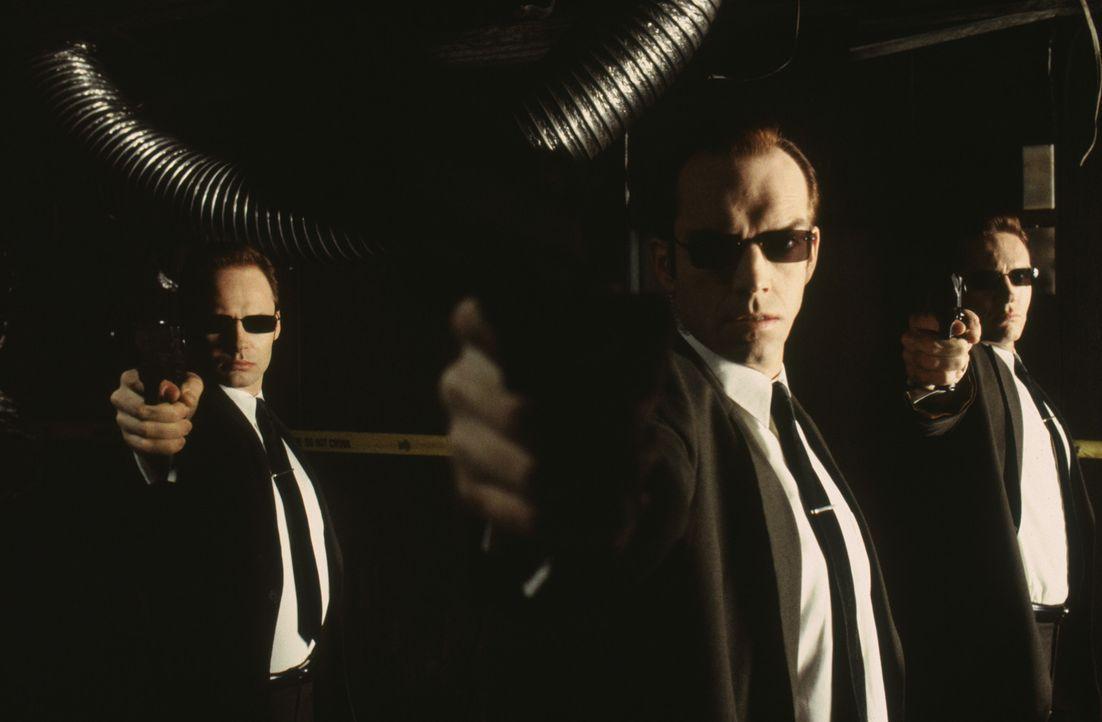 Sie sind nicht im Auftrag des Herrn unterwegs. Die Agenten Brown (Paul Goddard, l.), Smith (Hugo Weaving, M.) und Jones (Robert Taylor, r.) wollen N... - Bildquelle: Warner Bros. Pictures