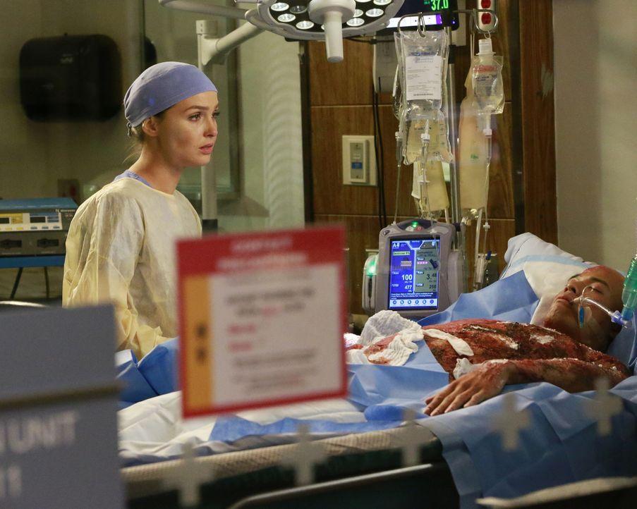 Während sich Jo (Camilla Luddington, l.) um einen verletzten Feuerwehrmann kümmert, machen Alex und Meredith geheime Sache, worüber Jo nicht begeist... - Bildquelle: Mitchell Haaseth ABC Studios