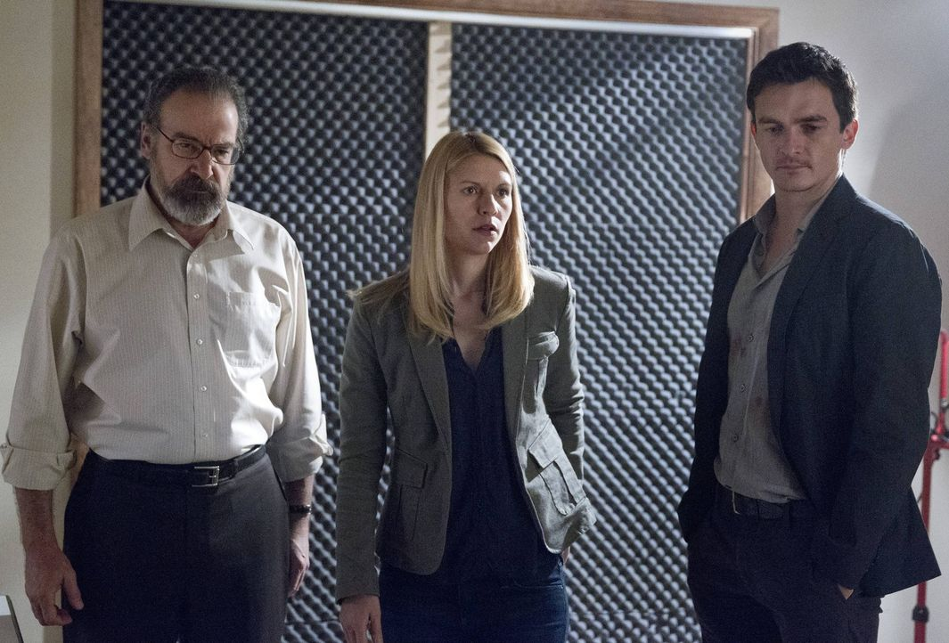 Ist ihre Operation geglückt? Saul (Mandy Patinkin, l.), Carrie (Claire Danes, M.) und Peter (Rupert Friend, r.) ... - Bildquelle: 2013 Twentieth Century Fox Film Corporation. All rights reserved.