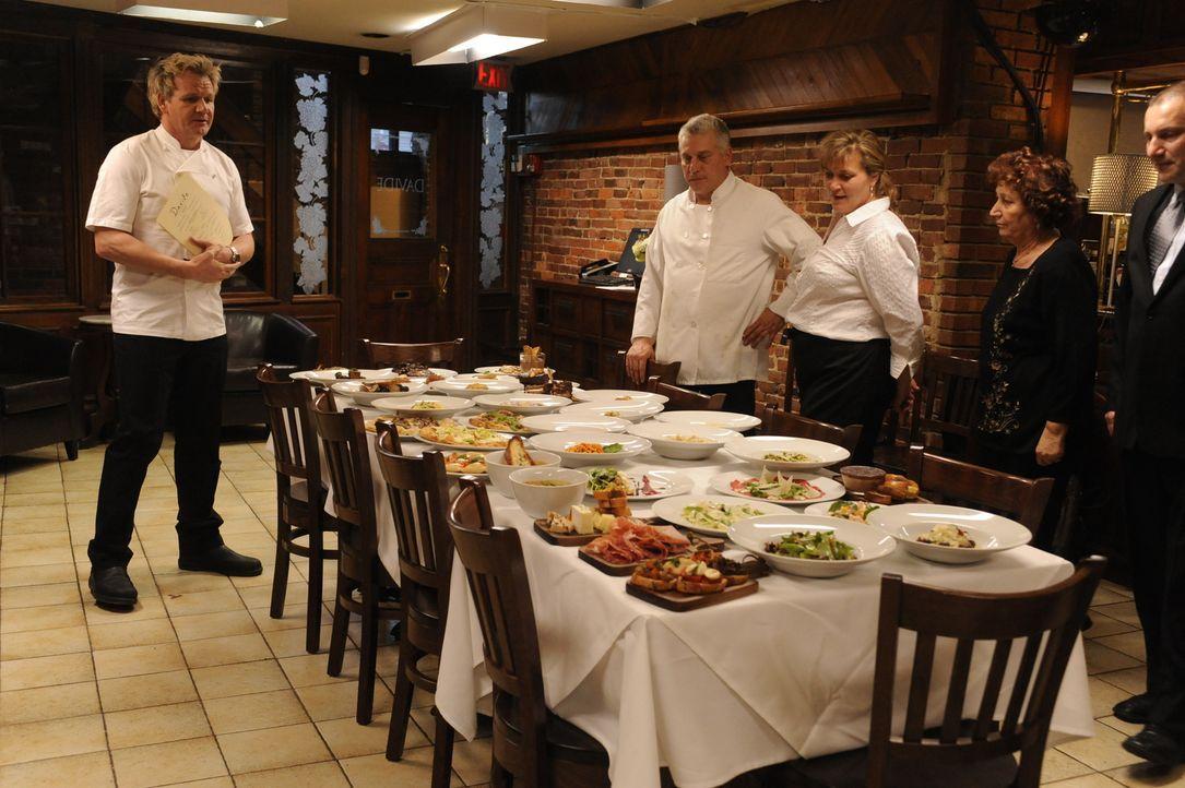 """Schwierige Mission: Gordon Ramsay (l.) muss vor allem das Essen im Restaurant """"Davide"""" verbessern, wenn er dem Lokal noch helfen möchte ... - Bildquelle: Jeffrey Neira Fox Broadcasting.  All rights reserved."""
