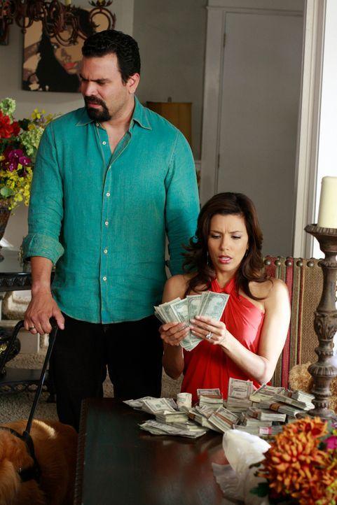 Gabrielle (Eva Longoria, r.) kann es nicht fassen: Ellie hat in ihren Teddy Geld versteckt. Da sie und Carlos (Ricardo Antonio Chavira, l.) momentan... - Bildquelle: ABC Studios