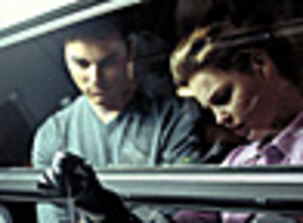 Ursprünglich wollten Studenten Bobby (Kerr Smith, l.) und Aizy (Katherine Heigl, r.) eine Bombe platzen lassen. Doch als ihre Atombombe in die Hand... - Bildquelle: 2003 NBC, Inc. All rights reserved.