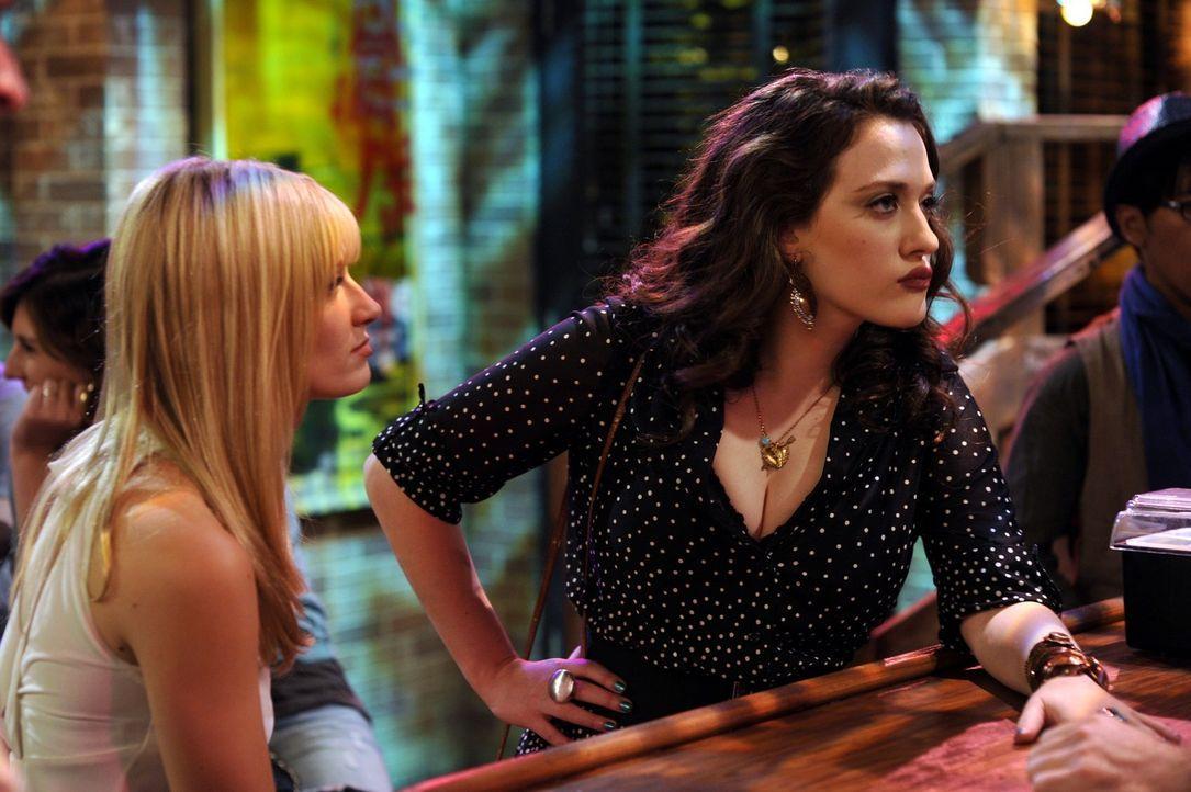 Die Arbeitskolleginnen Max (Kat Dennings, r.) und Caroline (Beth Behrs, l.) halten trotz anfänglicher Schwierigkeiten zusammen und setzen sich für... - Bildquelle: Warner Brothers
