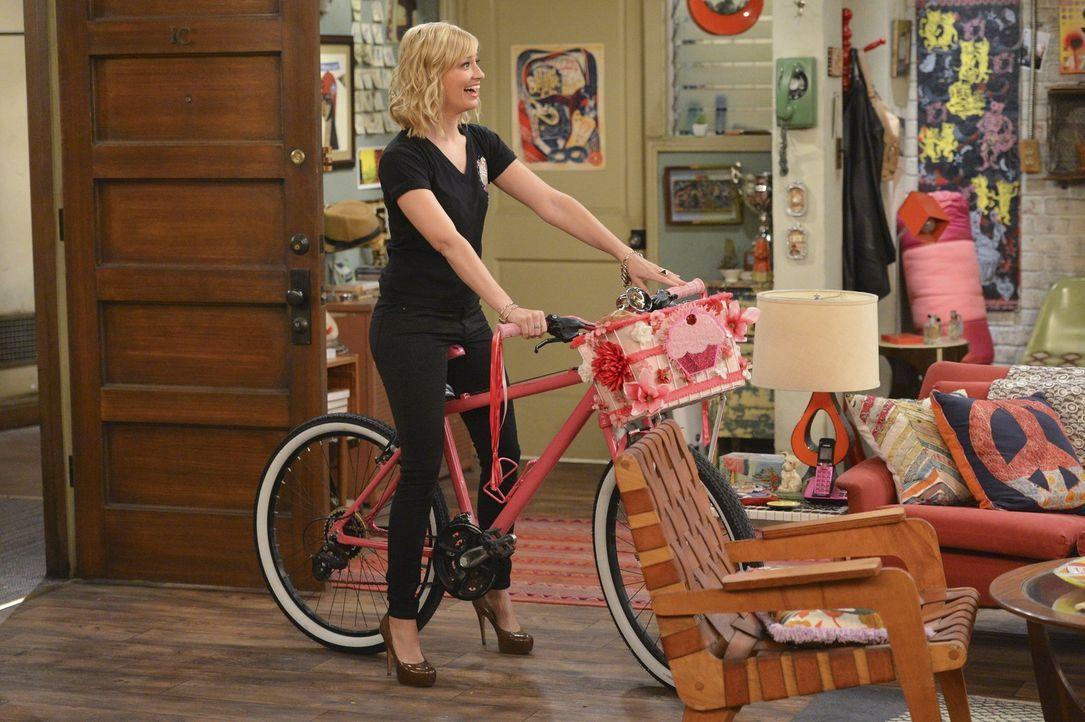 Als Caroline (Beth Behrs) ein altes Fahrrad findet, macht sie neue Pläne ... - Bildquelle: Warner Bros. Television