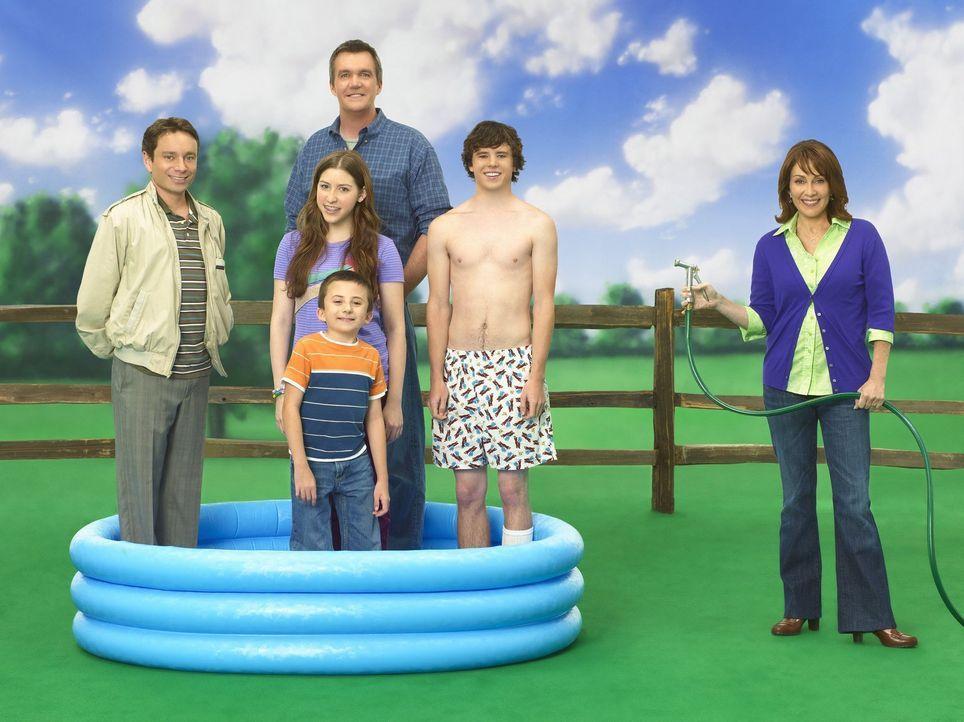 (1. Staffel) - Es ist nicht immer heiler Sonnenschein: Sue (Eden Sher, 2.v.l.), Mike (Neil Flynn, hinten), Frankie (Patricia Heaton, r.), Bob (Chris... - Bildquelle: Warner Brothers