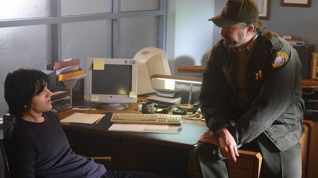 Charlie (Jim Beaver, r.) macht J.D. (Dean Chekvala, l.) für die Morde verantw...
