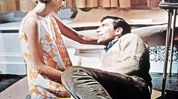 Das junge Ehepaar Guy (John Cassavetes, r.) und Rosemarie Woodhouse (Mia Farr...