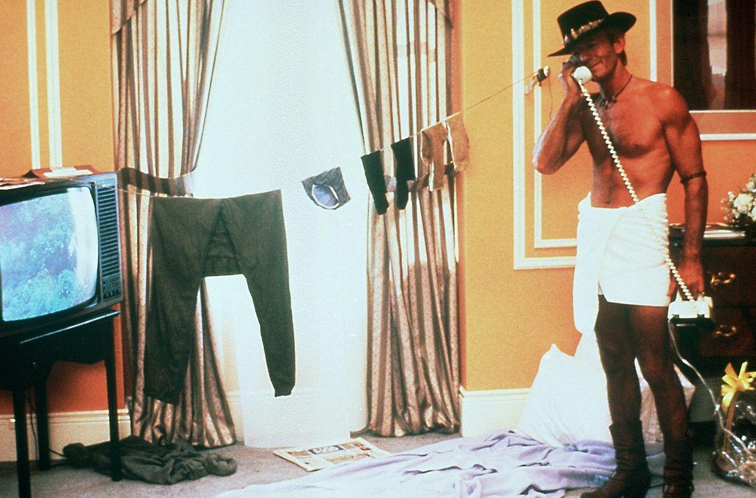 In New York schlägt Crocodile Dundee (Paul Hogan) sein Lager in einem noblen Hotelzimmer auf ... - Bildquelle: Paramount Pictures
