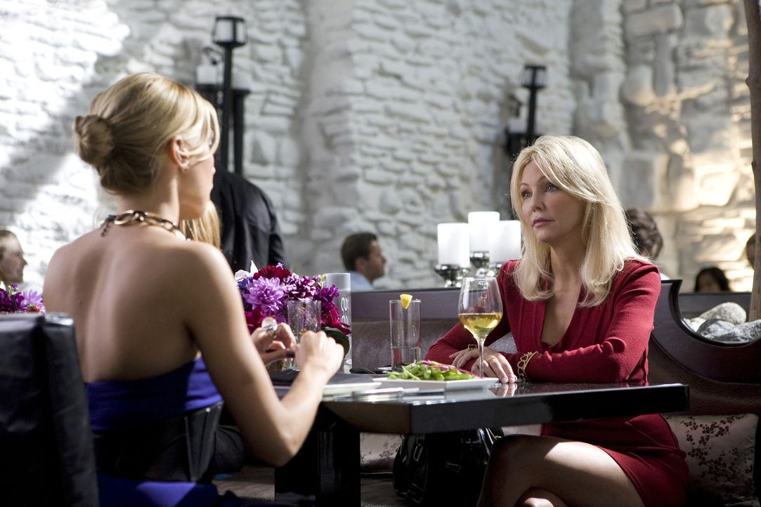 Seine Freunde verraten, um die Gunst des Chefs zu erlangen? (v.l.n.r.: Ella - Katie Cassidy, Amanda - Heather Locklear) - Bildquelle: 2009 The CW Network, LLC. All rights reserved.