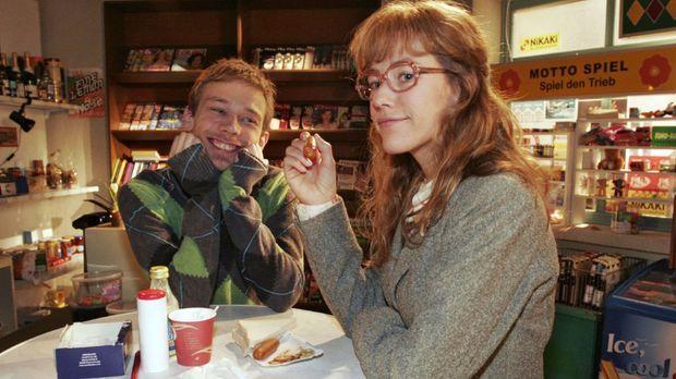 Lisa (Alexandra Neldel, r.) gibt gegenüber Jürgen (Oliver Bokern, l.) zu, das...
