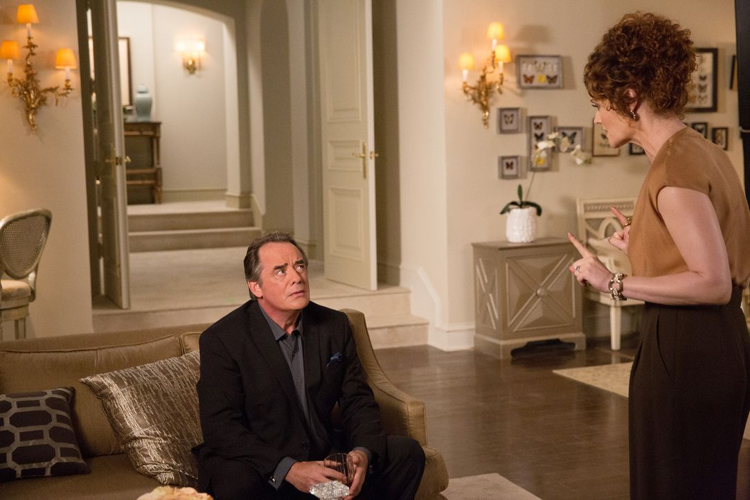 Evelyn (Rebecca Wisocky, r.) wird immer mehr bewusst, dass der Einbruch bei Adrian (Tom Irwin, l.) Folgen nach sich zieht und sie trifft eine Entsch... - Bildquelle: 2014 ABC Studios