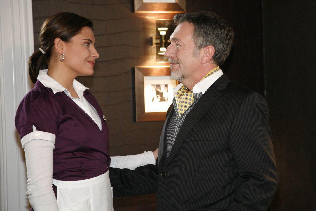 Chris (Sophia Thomalla, l.) trifft im Hotel auf ihren Vater Alister Putzer (Michele Oliveri, r.) ... - Bildquelle: SAT.1