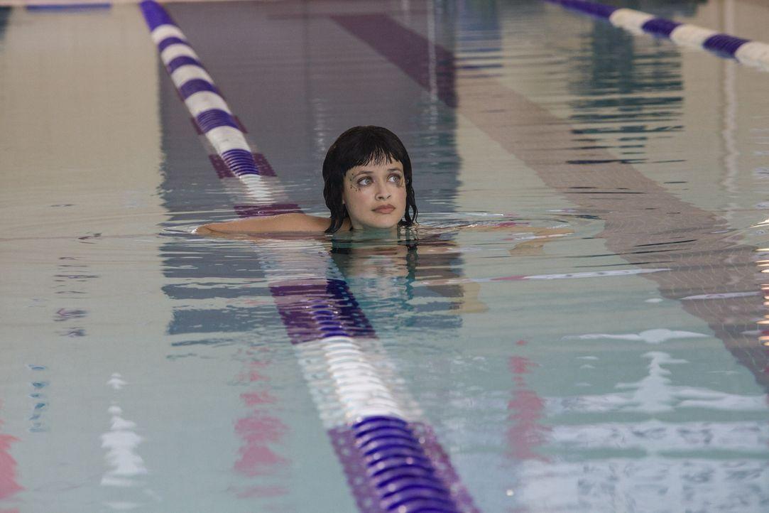 Sophia (Brina Palencia) möchte unbedingt dem Schwimmteam beitreten und sorgt damit für einige Schwierigkeiten ... - Bildquelle: 2014 The CW Network, LLC. All rights reserved.