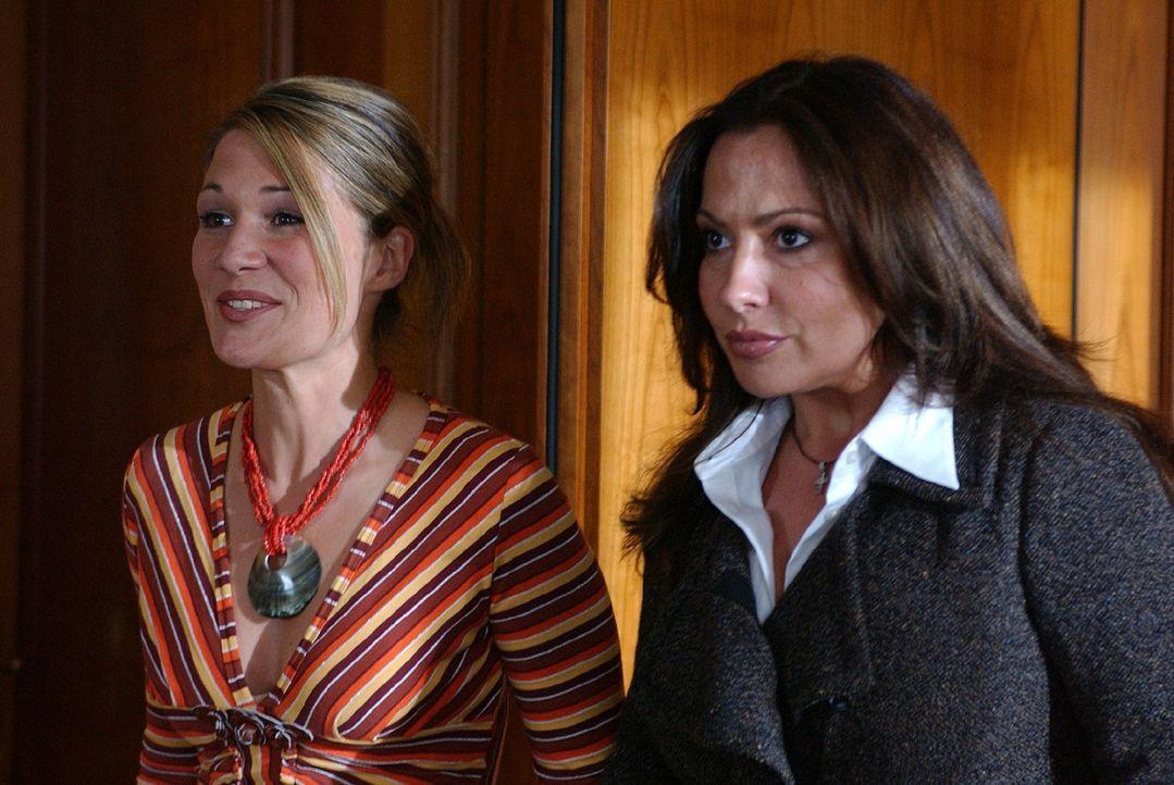 Karin (Simone Thomalla, r.) und ihre Schwester Nicoletta (Alexandra Helmig, l.) trauen ihren Augen nicht ... - Bildquelle: Sat.1