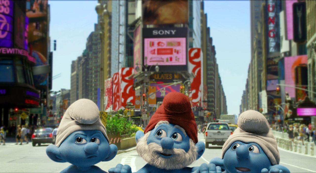 Papa-Schlumpf (M.) ist mit seinen Schlumpfkindern nach New York geschleudert worden und muss sich nun in der Riesenmetropole zurechtfinden. Immer au... - Bildquelle: 2011 Columbia Pictures Industries, Inc. and Hemisphere - Culver Picture Partners I, LLC. All Rights Reserved.