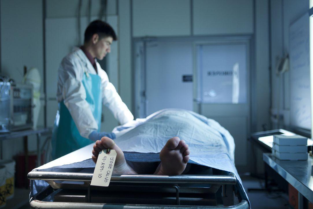 Wer hat José Calvo getötet? Nach dem Raubmord an dem aufrechten Geschäftsmann und Familienvater aus Miami sucht der Pathologe an der Leiche nach Hin... - Bildquelle: Darren Goldstein Cineflix 2011