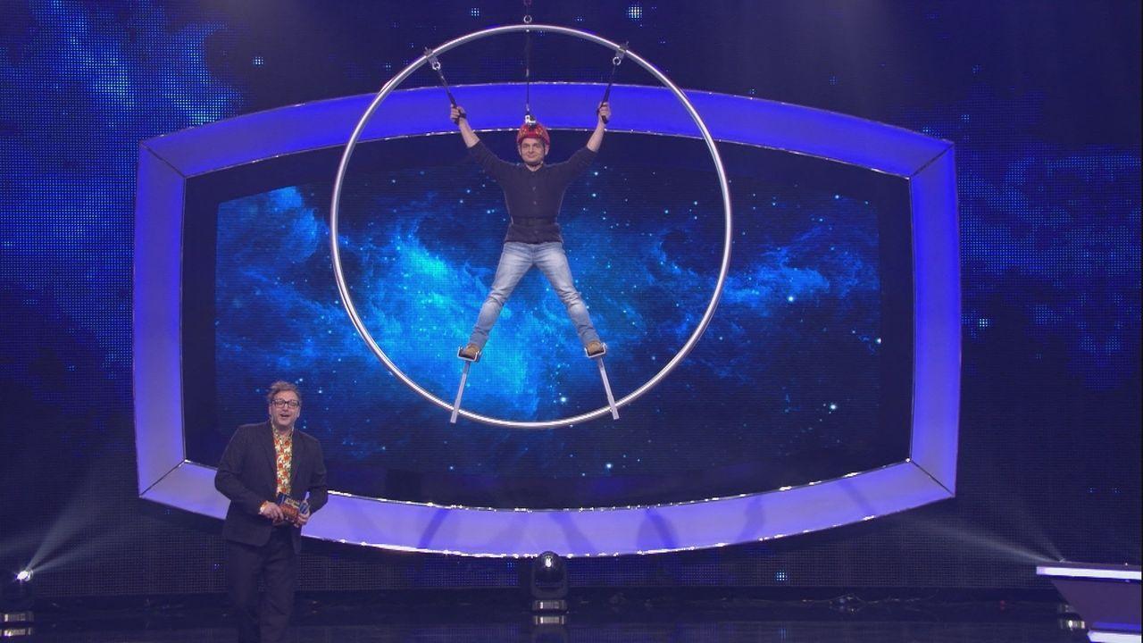 Macht in der Luft eine gute Figur: Volker Michalowski (r.) traut sich in die Höhe, um Punkte für sein Team zu ergattern. - Bildquelle: SAT.1