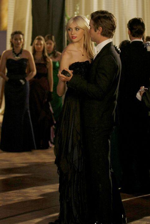 Jennys (Taylor Momsen, l.) Ansehen ist dank Nates (Chace Crawford, r.) Hilfe gerettet. - Bildquelle: Warner Brothers