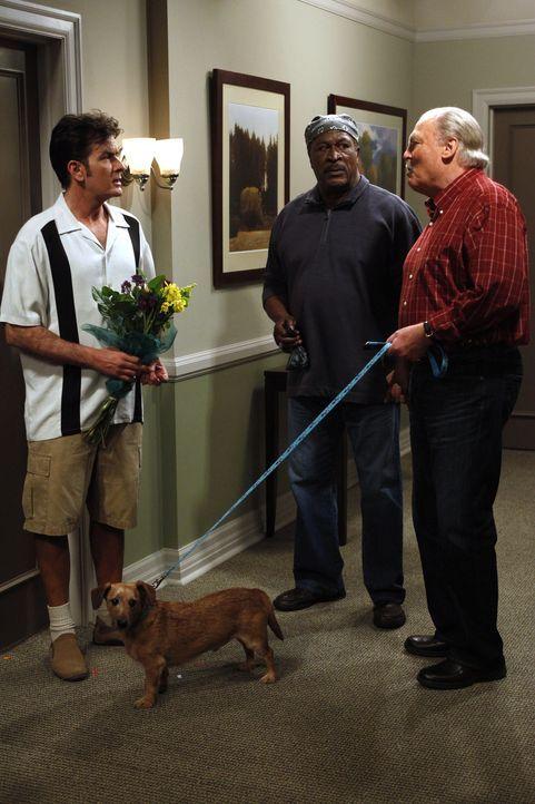 Nach einer wunderbaren Nacht geht Chelsea, und teilt Charlie (Charlie Sheen, l.) mit, dass sie nicht wiederkomme, da sie eingesehen habe, dass solch... - Bildquelle: Warner Brothers
