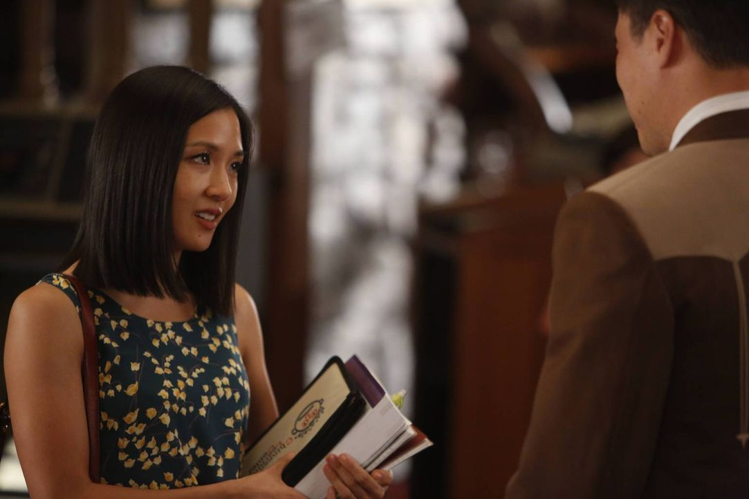 Eddie ist zum Musterschüler mutiert. Jessica (Constance Wu, l.) ist der Meinung, er sei in der Schule unterfordert und müsse - wie in Washington D.C... - Bildquelle: 2015 American Broadcasting Companies. All rights reserved.