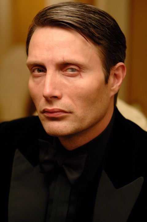 James Bond will den skrupellosen Finanzhai Le Chiffre (Mads Mikkelsen) stoppen. Kein leichtes Unterfangen ... - Bildquelle: 2006 DANJAQ, LLC, UNITED ARTISTS CORPORATION AND COLUMBIA PICTURES INDUSTRIES, INC. ALL RIGHTS RESERVED.