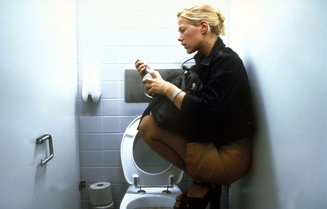 Mit einem raffinierten Trick versucht Nina (Alexandra Neldel), ihren Verfolger loszuwerden ... - Bildquelle: Constantin Film