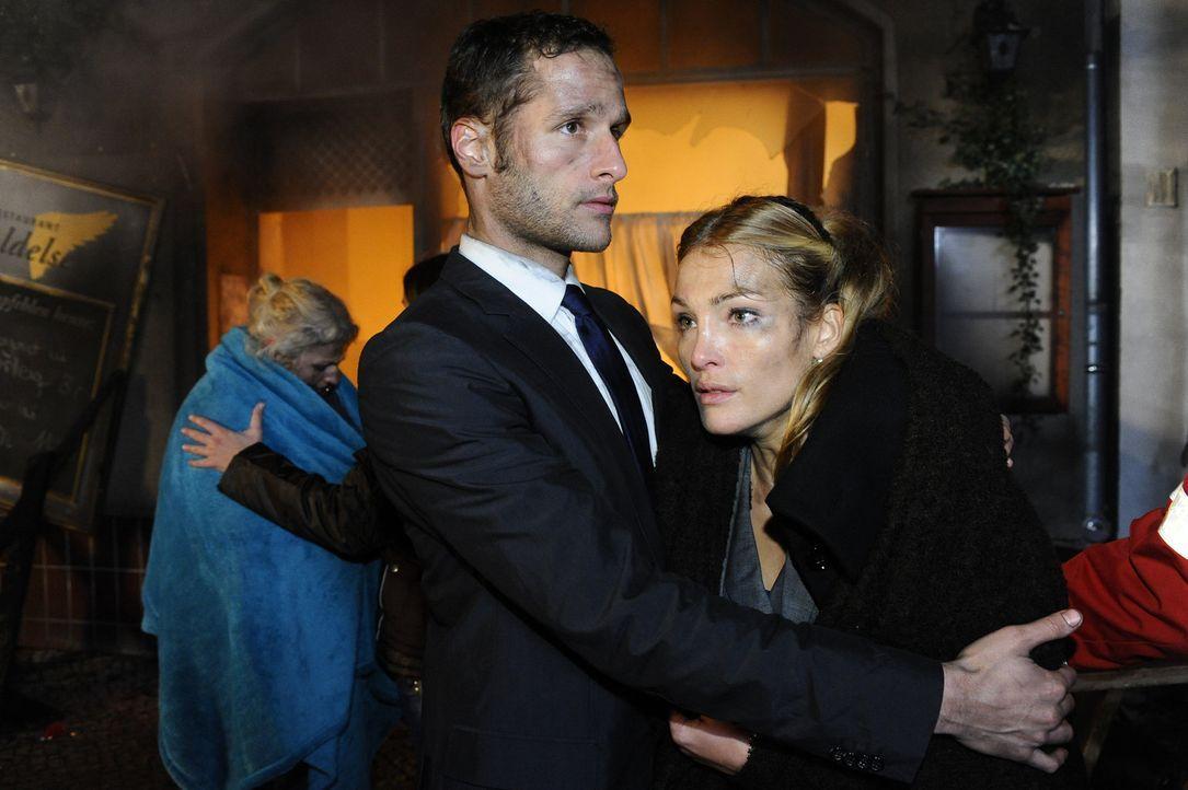 Während Mia versucht Alexander aus den Flammen zu retten, sind David (Lee Rychter, l.) und Annett (Tanja Wenzel, r.) froh, heil im Freien zu stehen... - Bildquelle: SAT.1