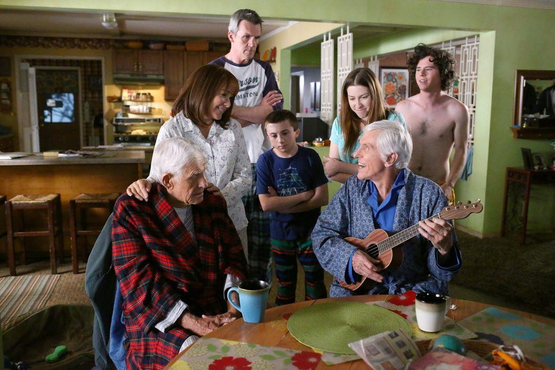 (v.l.n.r.) Tag (Jerry Van Dyke); Frankie (Patricia Heaton); Mike (Neil Flynn); Brick (Atticus Shaffer); Sue (Eden Sher); Dutch (Dick Van Dyke); Axl... - Bildquelle: Warner Brothers
