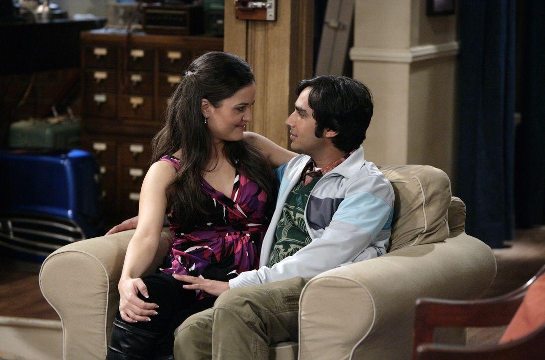 Abby (Danica McKellar, l.) will sich noch mal mit Raj (Kunal Nayyar, r.) treffen, aber nur, wenn ihre Freundin Martha wieder mitkommen darf. Also mu... - Bildquelle: Warner Bros. Television