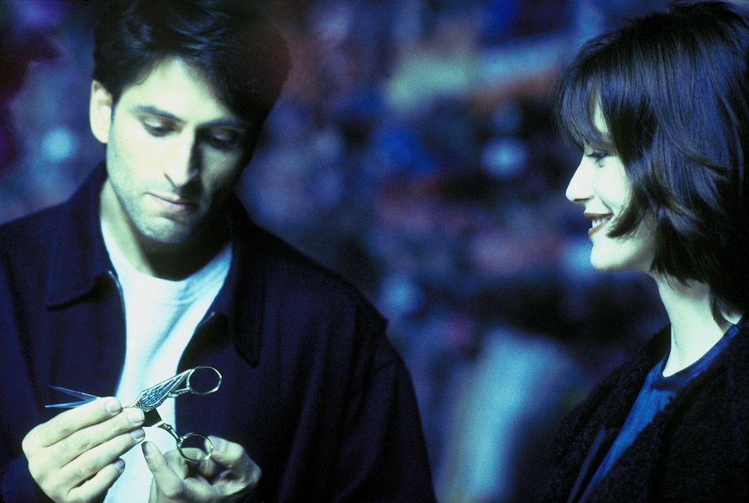 Als Mark (Vincent Spano, l.) auf Nicoles (Cheryl Pollak, r.) Betreiben eine Schere aus einem Restaurant mitgehen lässt, begeht er einen folgenschwe... - Bildquelle: A. Pachasa ProSieben