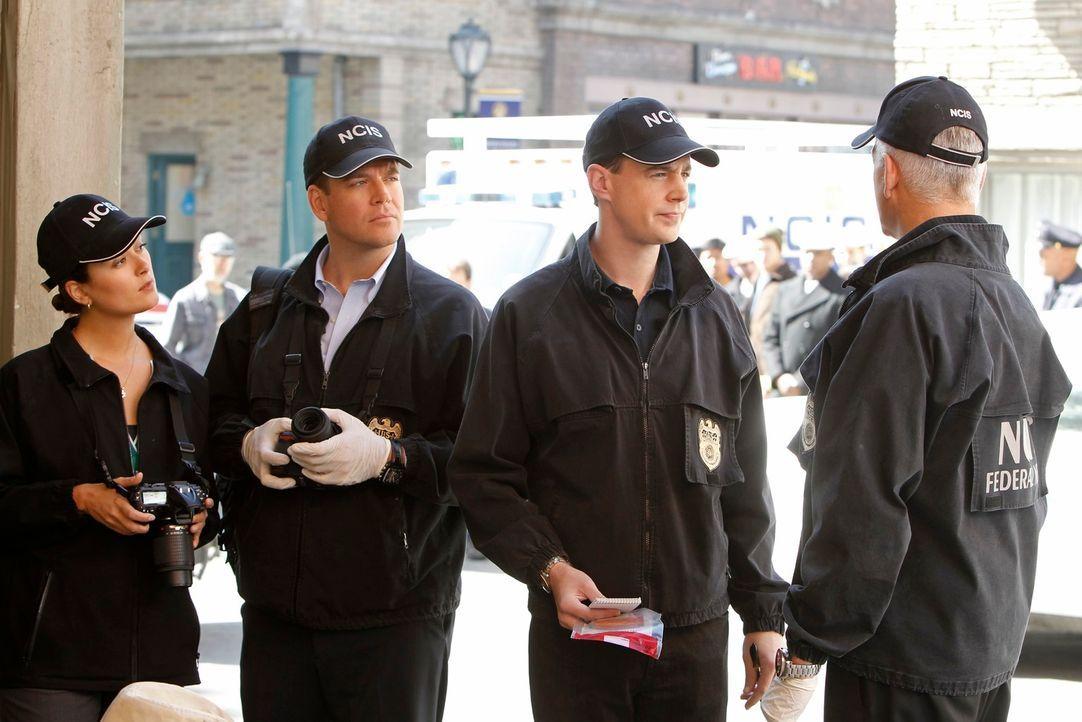 Ein neuer Mordfall beschäftigt Ziva (Cote de Pablo, l.), Tony (Michael Weatherly, 2.v.l.), McGee (Sean Murray, 2.v.r.) und Gibbs (Mark Harmon, r.)... - Bildquelle: 2012 CBS Broadcasting Inc. All Rights Reserved.