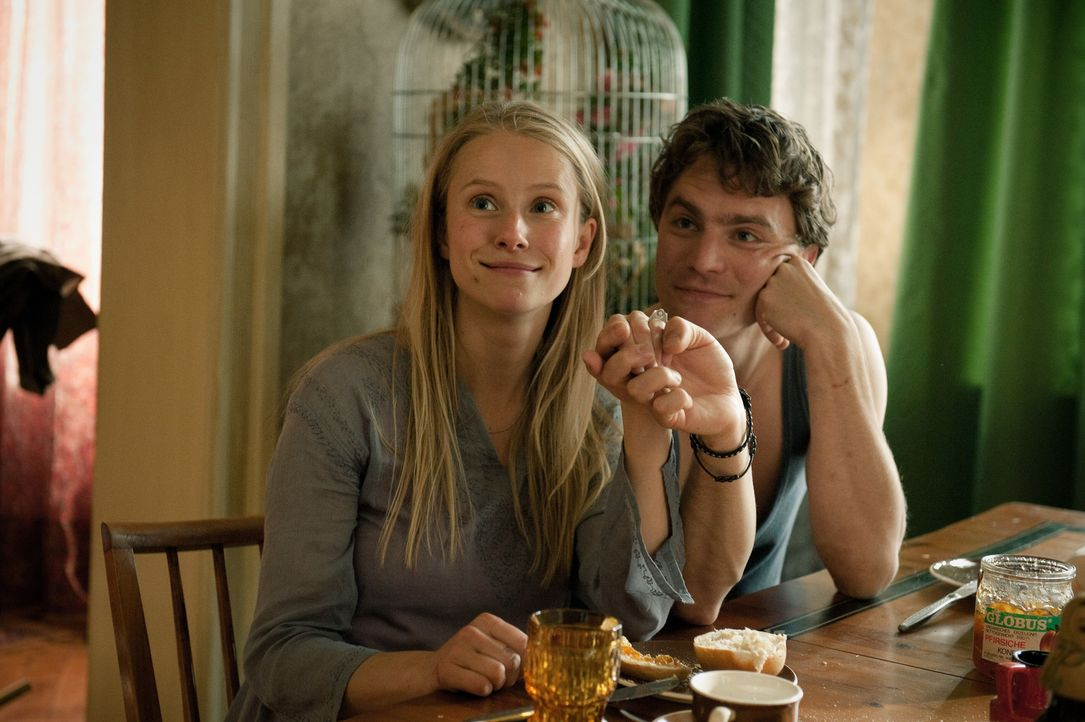 Ein Heiratsantrag soll Mischas (Friedrich Mücke, r.) Liebe zu Hanna (Susanne Bormann, l.) beweisen, oder geht es ihm doch nur um die Aufenthaltsgene... - Bildquelle: Stephan Rabold Black Forest Films GmbH