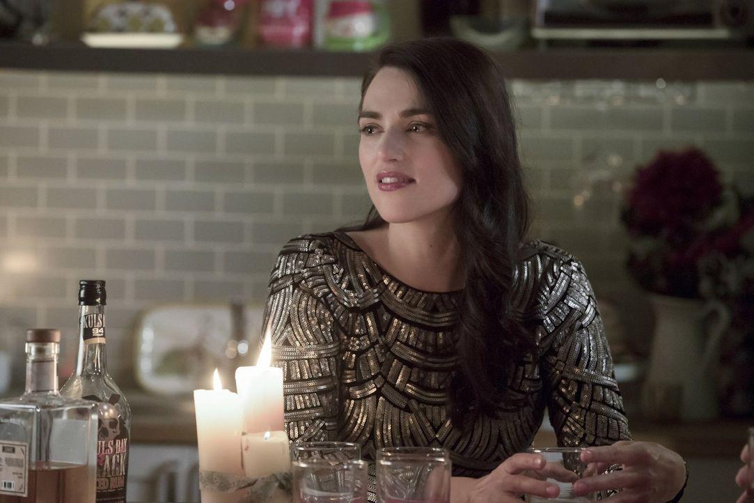 Bringt sich bei Ermittlungen auf eigene Faust in Lebensgefahr: Lena (Katie McGrath) ... - Bildquelle: 2017 Warner Bros.