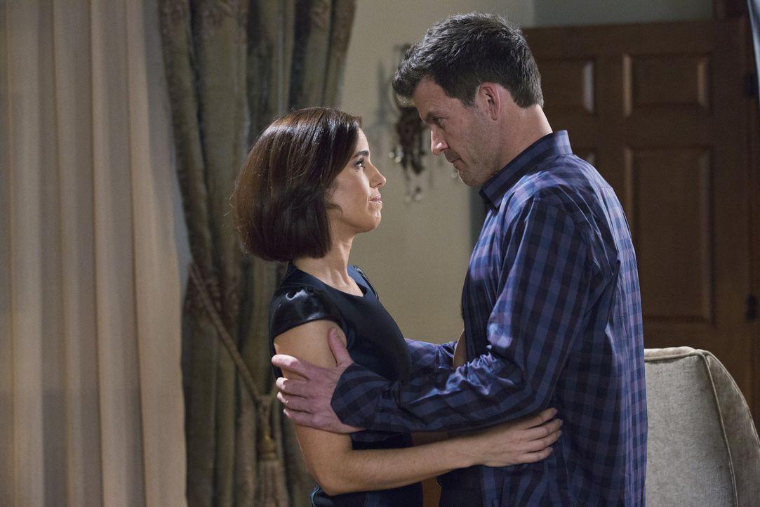 Nicholas (Mark Deklin, r.) gefällt es ganz und gar nicht, dass sich Marisol (Ana Ortiz, l.) mit ihrem Lektor so gut versteht ... - Bildquelle: 2014 ABC Studios