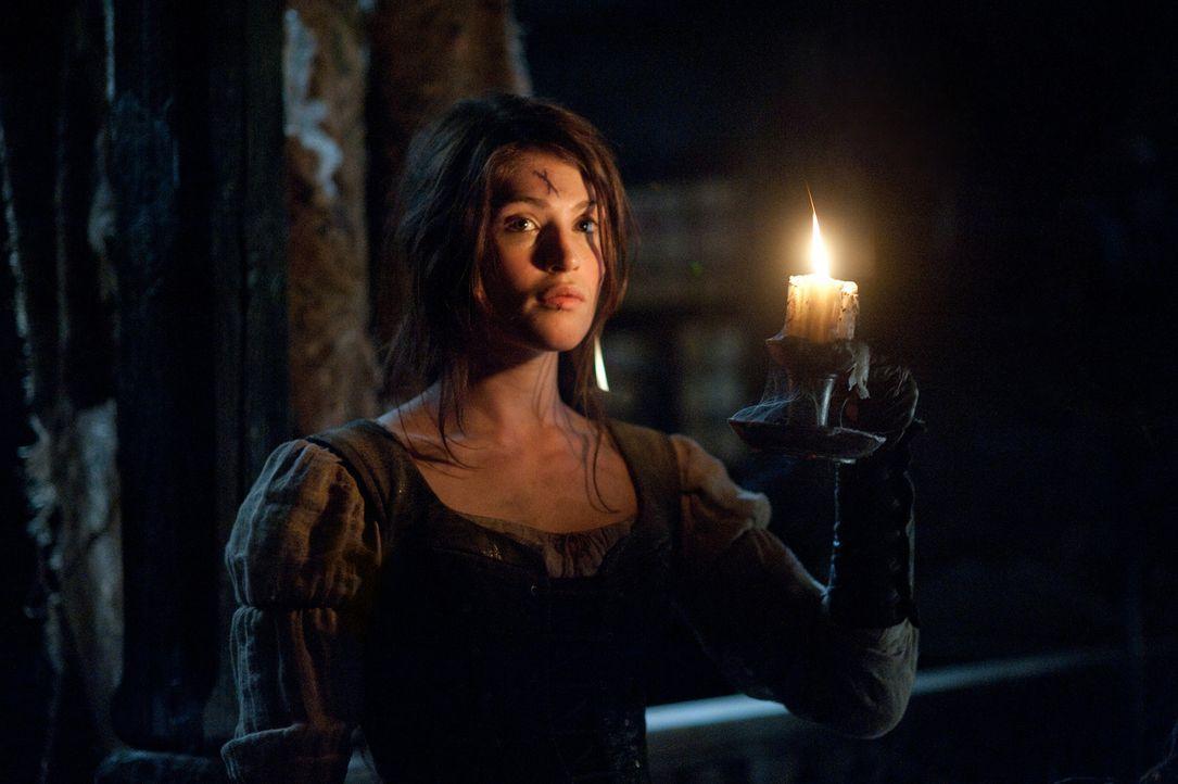 Ahnt nicht, dass das Unheil schon innerhalb der Stadtmauern weilt: Gretel (Gemma Arterton) ... - Bildquelle: David Appleby 2013 Paramount Pictures.  All Rights Reserved.