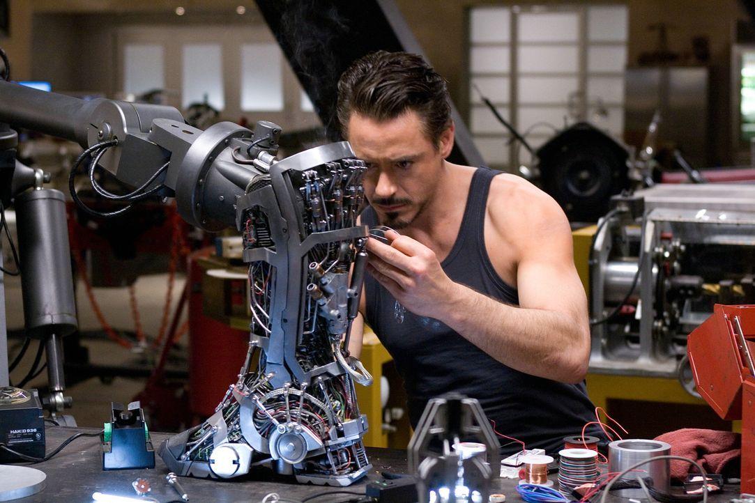 """Die Terrorgruppe """"Zehn Ringe"""" nimmt den Rüstungsindustriellen Tony Stark (Robert Downey Jr.) gefangen und will ihn zwingen, eine zerstörerische Waff... - Bildquelle: 2008 MVL Film Rinance LLC. All Rights reserved."""